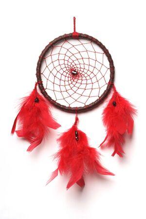 dreamcatcher: Tradicional norte indio cazador de sue�os con plumas de color rojo granate y perlas.