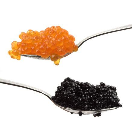 spawning: Roja y de caviar negro en dos cucharas. Foto de archivo