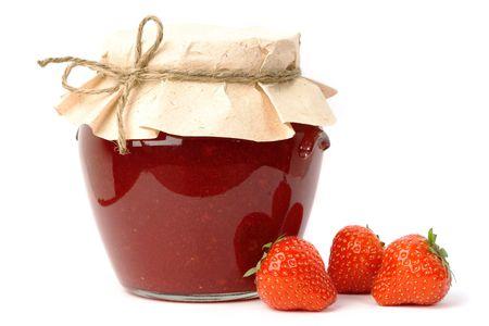 dżem: Domowych strawberry jam w słoik pokryte papieru i trzech truskawki odłogowania.