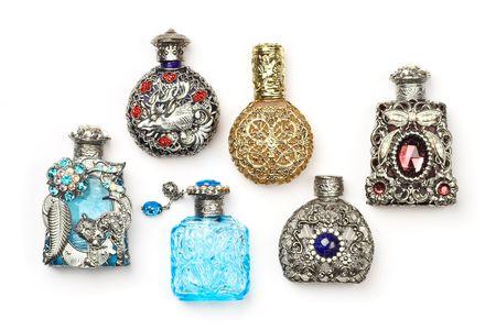 fragranza: Sei antichi bottiglie riccamente ornato di vetro profumo, isolate on white.  Archivio Fotografico