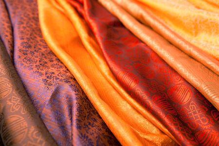 foulards: Sciarpe di seta dall'India in un mercato. Archivio Fotografico