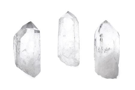 Drie grote natuurlijke kwartskristallen die op wit worden geïsoleerd.