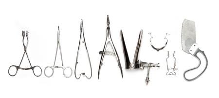 quirurgico: Instrumentos quir�rgicos en una fila aislados en blanco.
