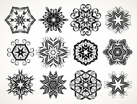 Ensemble de rosettes rondes florales en dentelle ornée doodle en noir sur fond blanc. Mandalas formés avec des éléments calligraphiques dessinés à la main.