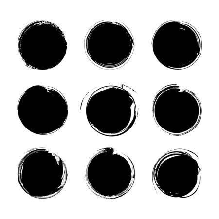 Sammlung von verschiedenen runden Pinselstrichen des schwarzen Schmutzes lokalisiert über weißem Hintergrund. Satz von Gestaltungselementen. Vektor-Illustration.