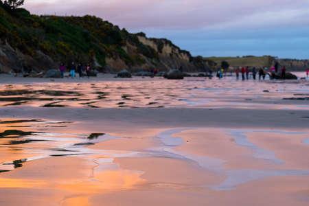 Moeraki Boulders, New Zealand. Beautiful landmark after sunset. Toursit landmark. 免版税图像