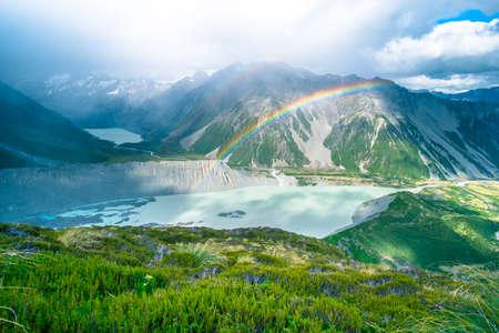 Atemberaubende Aussicht auf den hohen Berg nach dem Regen mit buntem Regenbogen über den felsigen Berg und den Gletscher im Mt Cook-Nationalpark