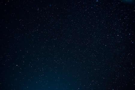 Scape de nuit avec un beau ciel stary à la haute montagne. Texture étoile. Fond de l'espace.