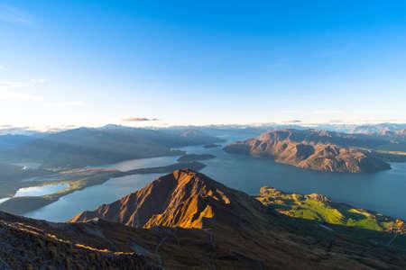 Schöne Landschaft der Berge und des Wanaka-Sees. Roys Peak Track, Südinsel, Neuseeland.
