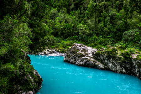 Hokitika Gorge, West Coast, New Zealand. Beautiful nature with blueturquoise color water and wooden swing bridge. 免版税图像
