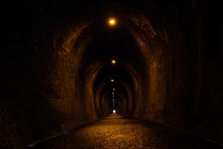 Vieux tunnel de brique. Une passerelle était autrefois une voie ferrée. Banque d'images