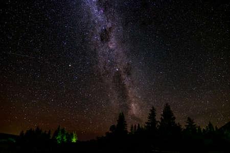 Una escena deslumbrante de la noche estrellada sobre la montaña. Explosión larga y foto de alta ISO.