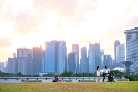 2019 March 1st, Singapore, Marina Barrage - Panorama view of the city buildings and people doing their activities at sunset.. 新聞圖片