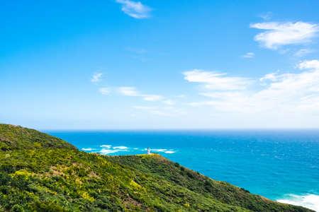 Beau paysage paysager du ciel bleu de la montagne verte et du phare, le bâtiment du patrimoine. Cap Reinga, île du Nord, Nouvelle-Zélande.