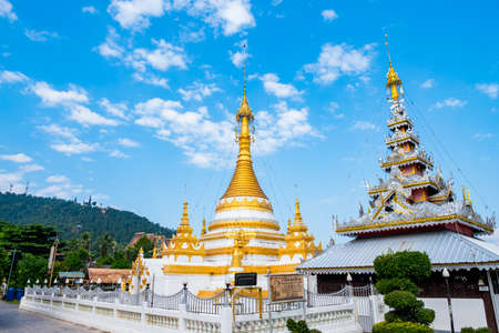 View of Wat Chong Kham, Mae Hong Son, Thailand. The Burmese style white and golden pagodas temple. Stockfoto