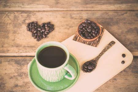 tomando refresco: Taza de café y granos de café en una cuchara de madera ortografía Me encanta el café. Foto de archivo