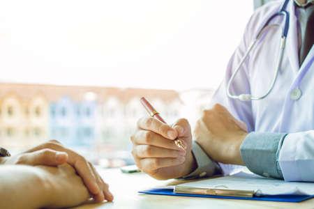 Doktor Holding Pens und Mentoring Patienten, Krebsbehandlung und Einführung, kümmert sich um sich
