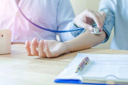 Monitores de pressão arterial com monitores de pressão arterial, pacientes com câncer no hospital Foto de archivo - 93808540