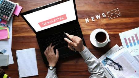 Concept de newsletter part d'homme d'affaires contrôle boîte de message sur ordinateur portable numérique filtre de tonalité Vintage