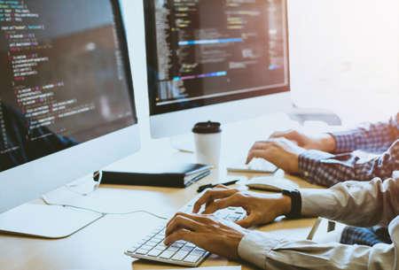 Tecnología de programación y codificación de desarrolladores grupales. Diseño de sitios web Seguridad del mundo social Concepto de ciberespacio.