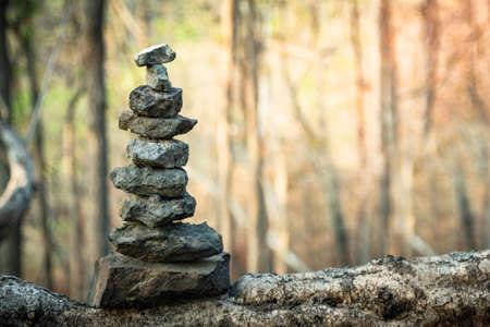 Stein auf Holz im Wald mit Sonnenuntergang-Zen wie Konzept Standard-Bild