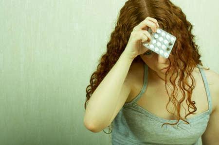 developed: La ni�a tiene reflexivo en una mano de un comprimido y reflexiona sobre la situaci�n de los pa�ses desarrollados