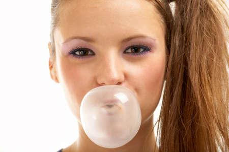 goma de mascar: Descripci�n de la ni�a inflando una burbuja de una goma de mascar