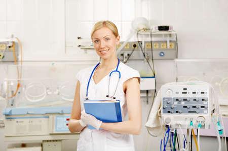 equipos medicos: La chica en un traje de m�dico en el interior de una reanimaci�n