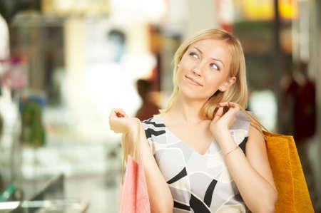 euphoric: La bionda con gli acquisti in negozio guarda ritiro Archivio Fotografico