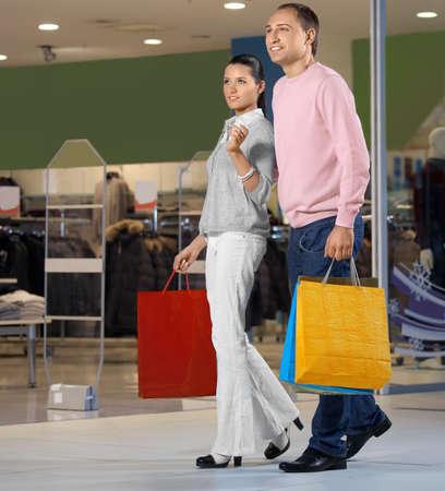 pareja de esposos: Joven pareja casada en la tienda-en contra de mostrar las ventanas