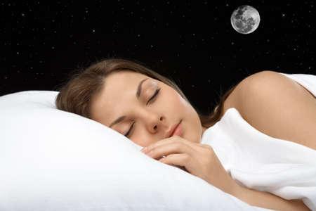 noche y luna: Retrato de la mujer durmiendo en contra de la estrella del cielo, horizontal Foto de archivo