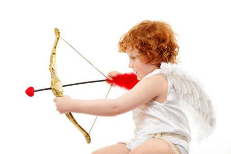 Profil der darauf abzielen kleine Cupid, die auf einem weißen Hintergrund isoliert