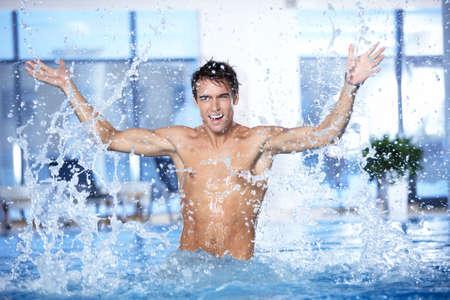 splash pool: El chico atractivo protecci�n de agua en la piscina