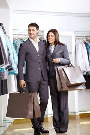 chicas de compras: El hombre y la mujer en trajes en tienda