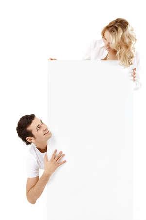 Deux jeunes gens détiennent une bannière vide  Banque d'images
