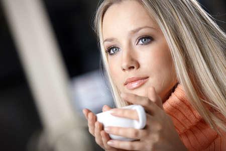 Retrato de la chica atractiva con una taza