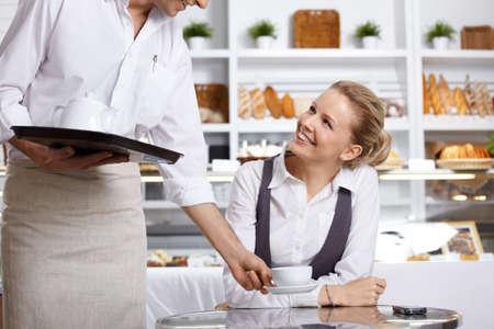 meseros: El camarero ha tra�do al cliente el orden en el caf�  Foto de archivo