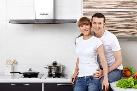 parejas enamoradas: Retrato de una joven pareja en la cocina