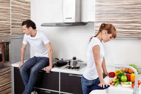 woman issues: Los j�venes quarrelled se cas� con la pareja en la cocina
