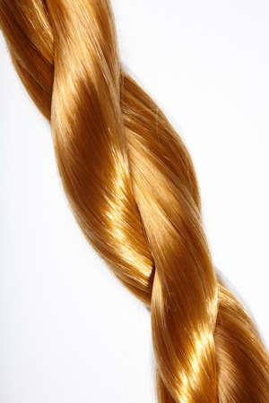 tinte cabello: Trenza gruesa de pelo sobre un fondo blanco  Foto de archivo