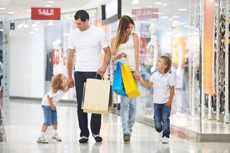centro comercial: Joven familia con dos hijos en el almac�n  Foto de archivo