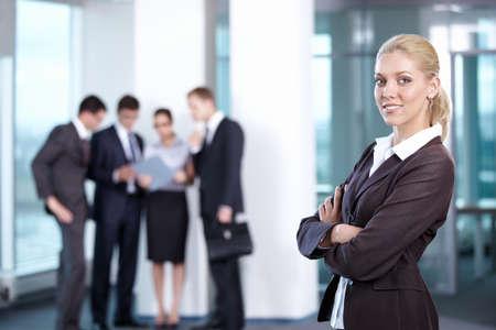 通信: フォア グラウンドで若いビジネス女性