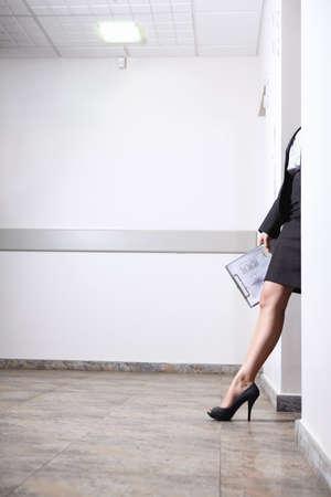 pied jeune fille: Fille de pied de portes  Banque d'images