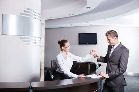 recepcion: Una ni�a en la recepci�n le dio las llaves al empresario