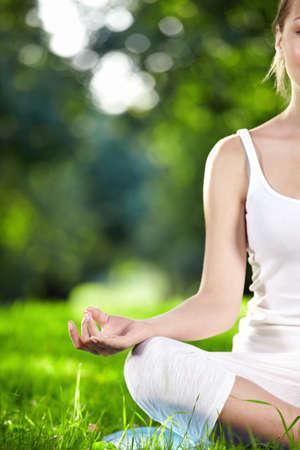 mujer meditando: Chica atractiva en una de las posturas de yoga close up