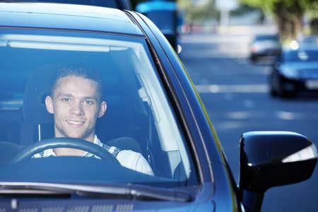 El joven conductor que viajaba en una carretera ocupada