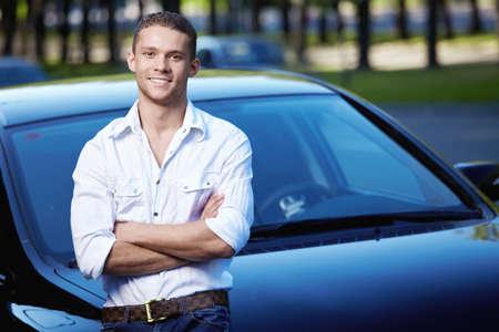 hombre manejando: Un hombre joven en la historia de coches