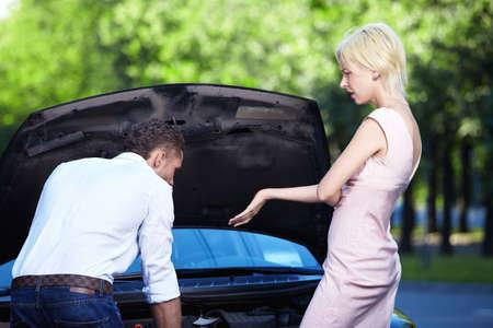 broken car: Joven pareja en un coche roto  Foto de archivo