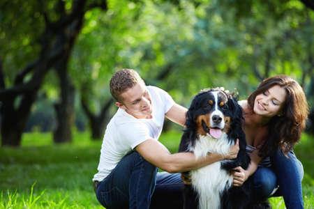 woman dog: Retrato de una joven pareja con un perro