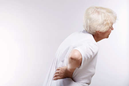 dolor de espalda: Mujer madura, frenando su dolor